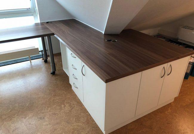 Schreibtisch unter Dachschräge