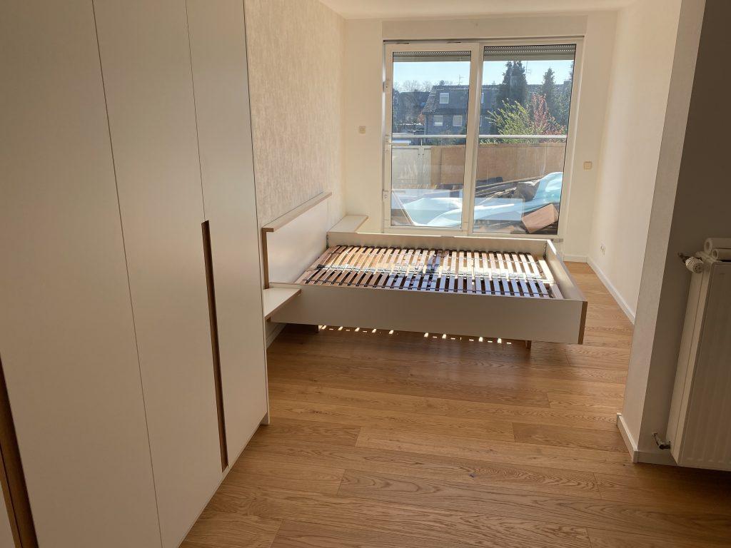 Bett Boden und Schrank passend