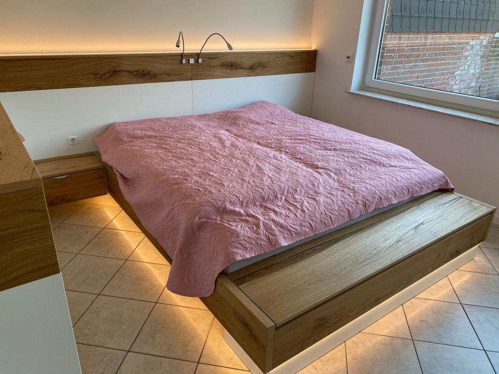 Bett schwebend mit Beleuchtung unten und oben