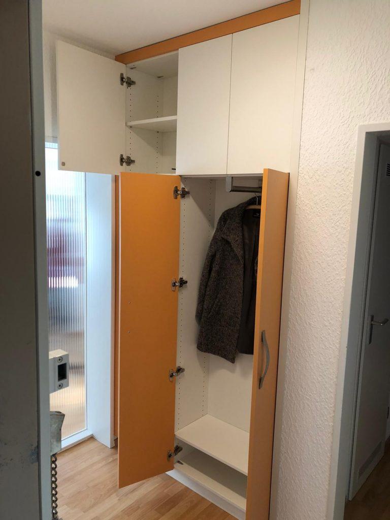 Flurschrank mit Garderobe geöffnet