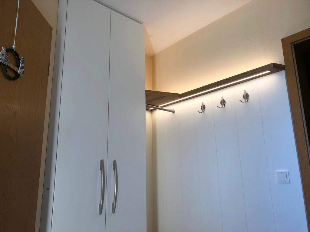 Garderobenschrank mit LED-Licht