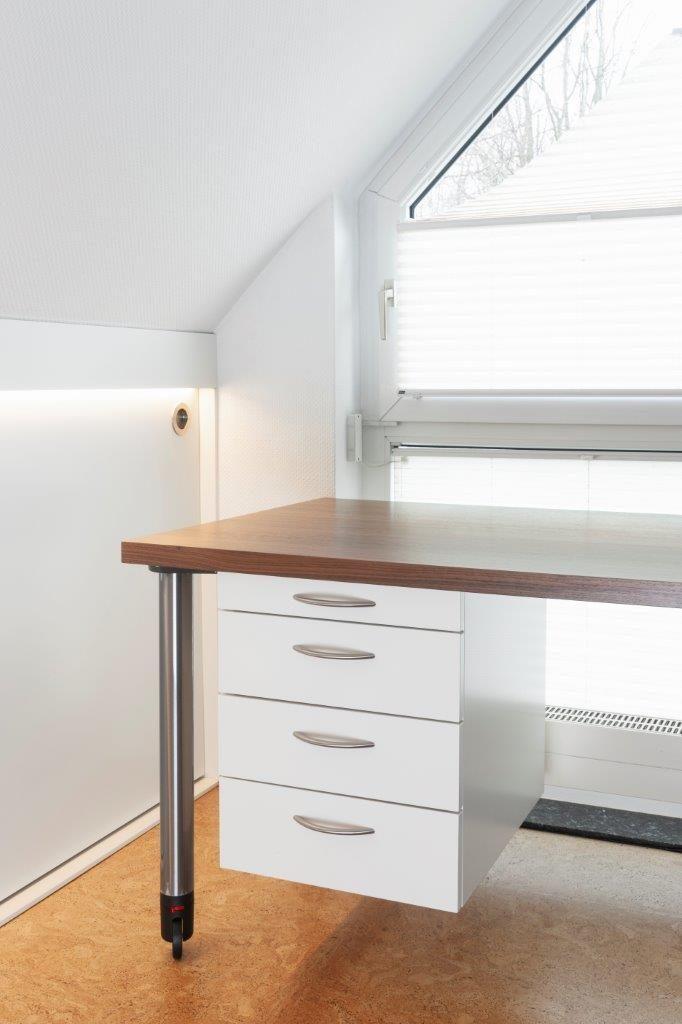 Schreibtisch auf Rollen vor Fenster