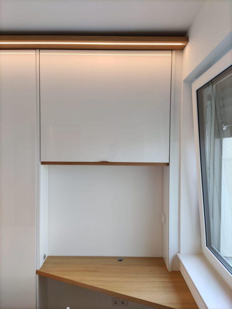 Schreibtisch mit Schiebetür vertikal