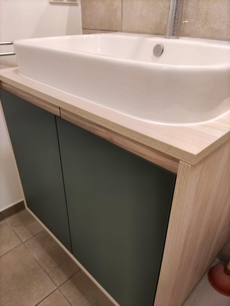 Waschtischunterschrank mit Griffleiste