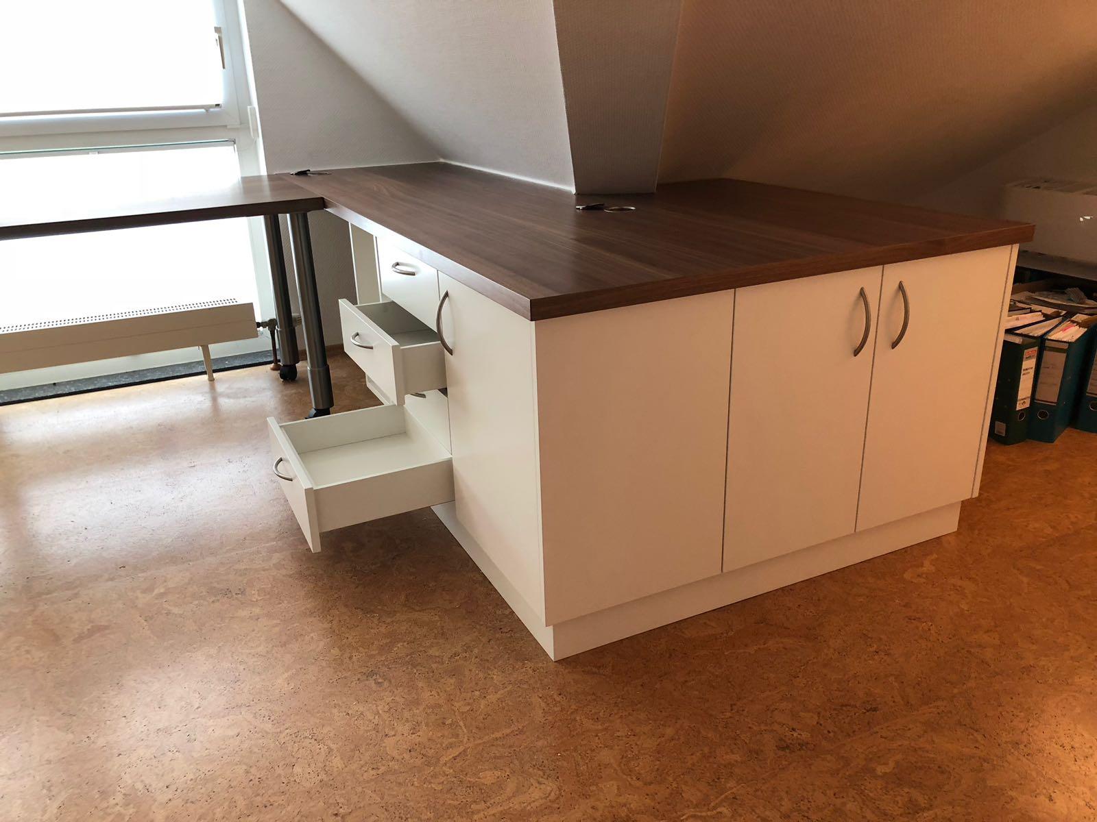 Schreibtisch Mit Viel Stauraum